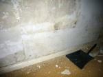 Wand hinter Bett ohne Tapete